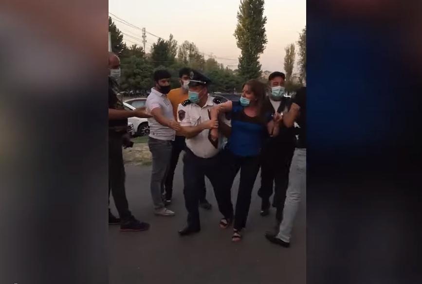 Photo of Քաշքշոց Րաֆֆու փողոցում. ոստիկանները կնոջ թեւից բռնած՝ փորձում են բերման ենթարկել. aravot.am