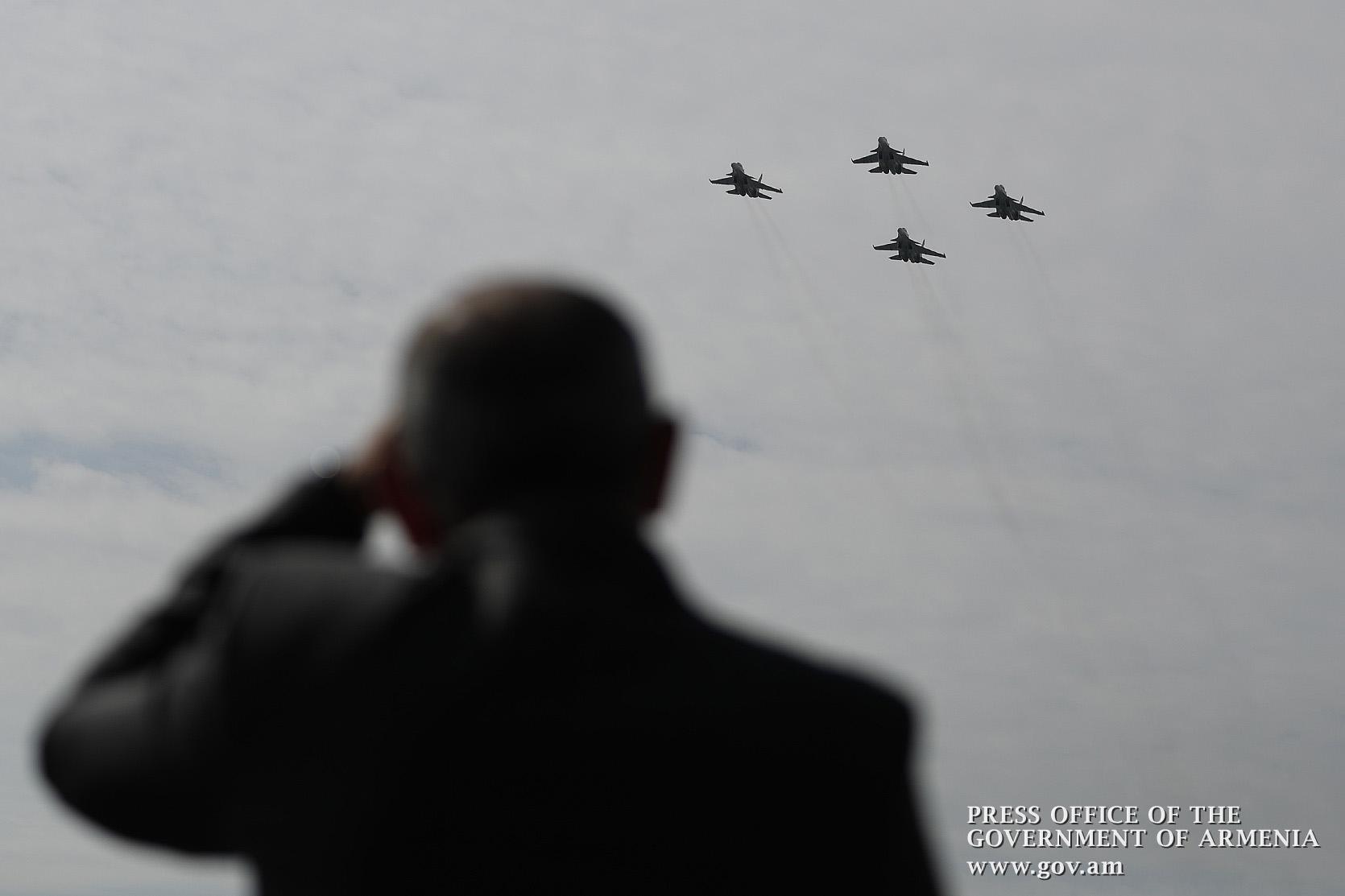Photo of Премьер-министр проследил за праздничным полетом военно-воздушных сил ВС Армении