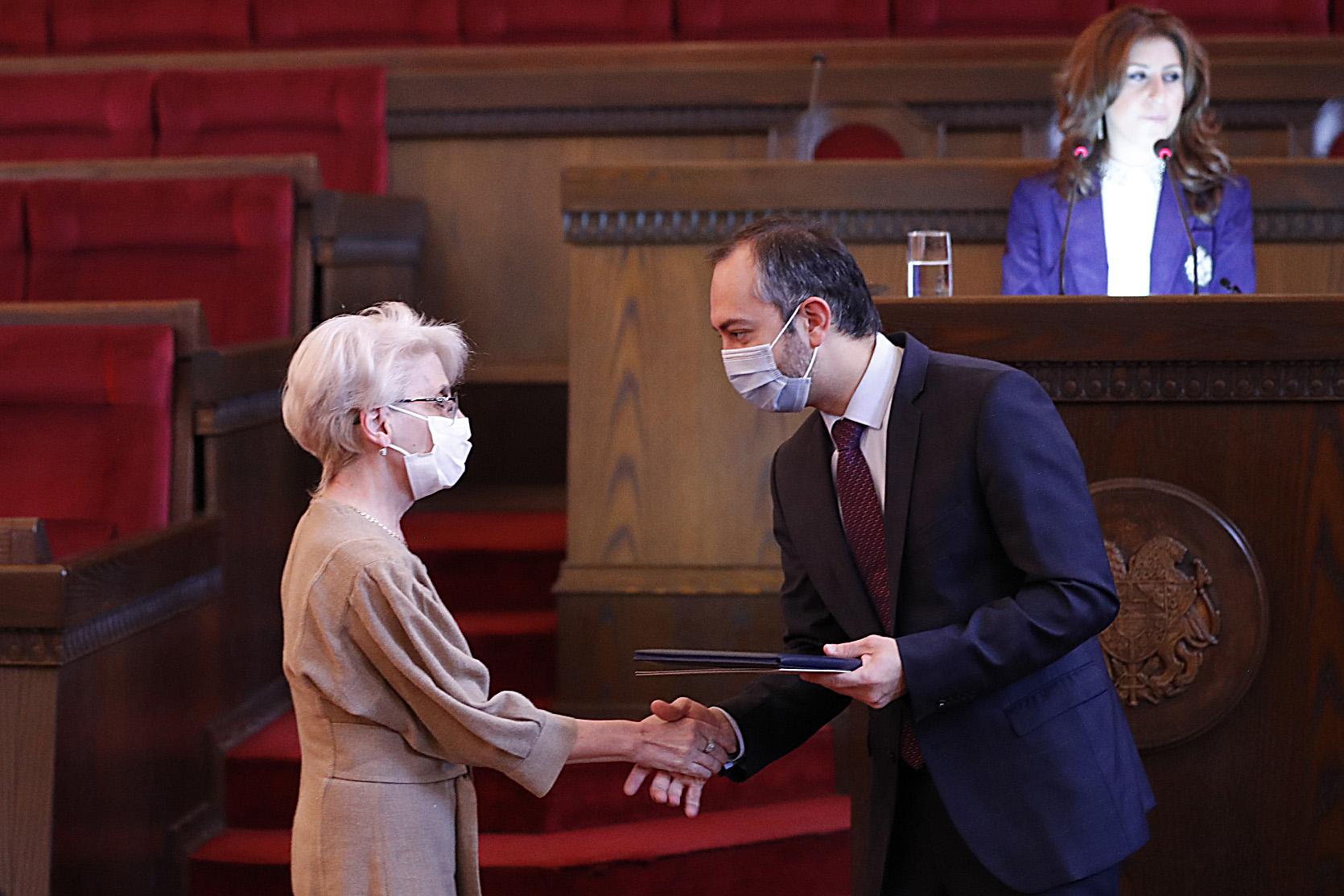 Photo of ՀՀ վարչապետի շնորհակալագրերով են խրախուսվել 100-ից ավելի բուժաշխատողներ և պետական կառավարման համակարգի աշխատակիցներ