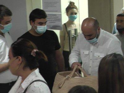 Photo of Փուչիկներով ու ծափերով՝ ինչպես ցանկացել էր մայրը. մահացած 30–ամյա ծննդկանի դուստրը հիվանդանոցից դուրս գրվեց. news.am