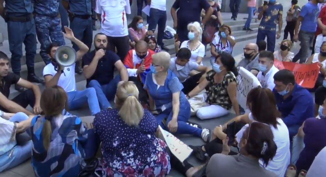 Photo of ՌԴ մեկնելու պահանջով հանդես եկող քաղաքացիները Կառավարության դիմաց են