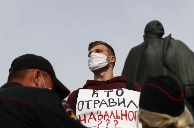 Photo of В отличие от отравления Скрипалей, после покушения на Навального Россию могут наказать за «Новичок»