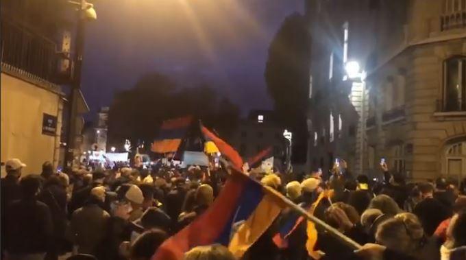 Photo of В данный момент тысячи армян Франции собрались перед Национальным собранием в Париже, требуя обсудить вопрос признания независимости Арцаха.