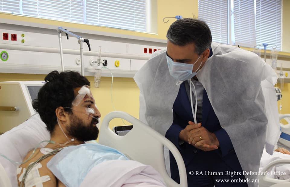 Photo of Արման Թաթոյանը այցելել է Արցախում ադրբեջանական հրետակոծության արդյունքում վիրավորումներ ստացած ֆրանսիական «Le Monde» թերթի 2 լրագրողներին