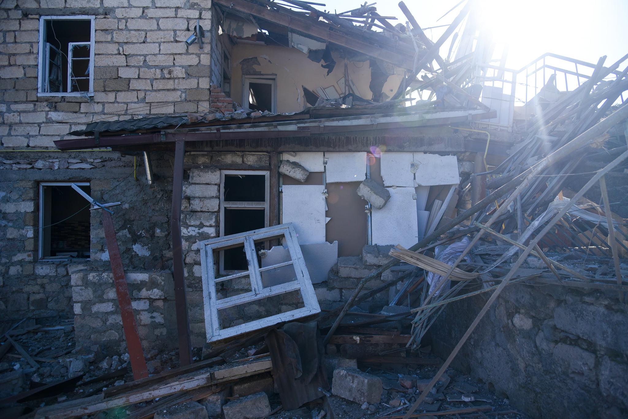 Photo of Ստեփանակերտի՝ գիշերային հրթիռակոծության հետևանքները, որի արդյունքում վիրավորվել է ևս երեք խաղաղ բնակիչ