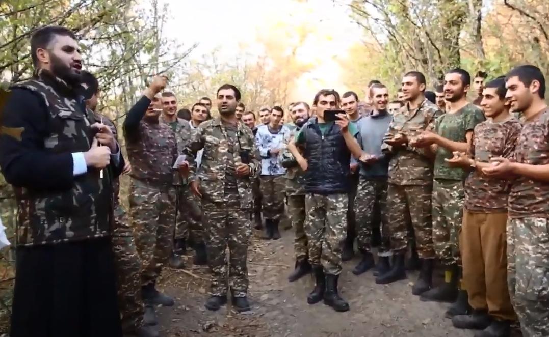 Photo of Առաջնագծի գնդերեցը երգում է զինվորների համար