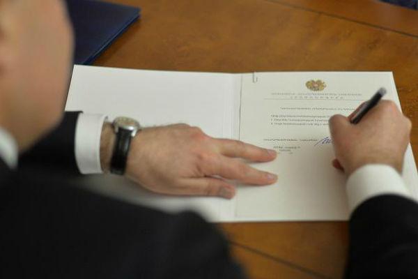 Photo of Նախագահը մի խումբ զինվորականների նոր կոչումներ շնորհելու հրամանագրեր է ստորագրել