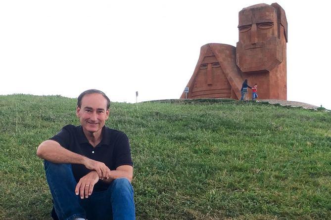 Photo of Арцах борется против геноцидального разрушения: известный писатель Крис Бохджалян призвал США признать независимость Арцаха