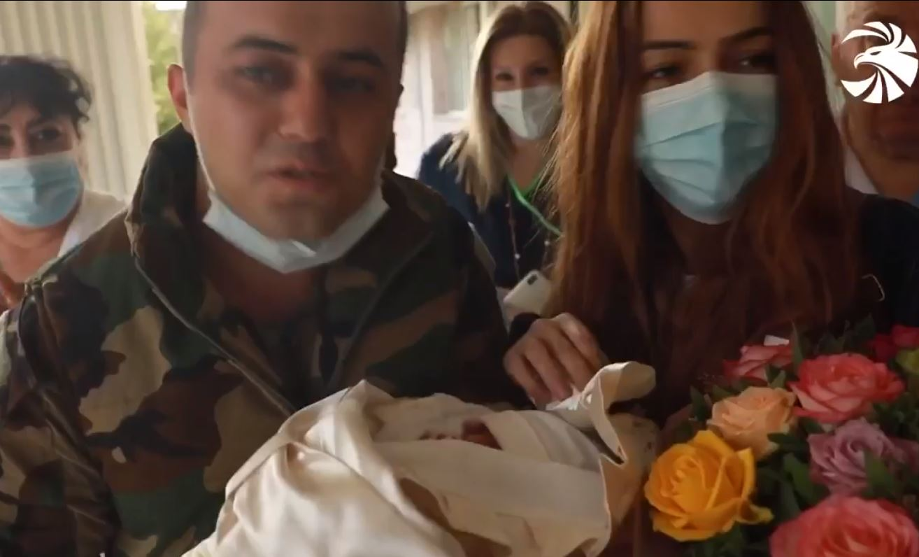 Photo of Ռազմաճակտից վերադարձած հոր ու նորածին դստեր առաջին հանդիպումը