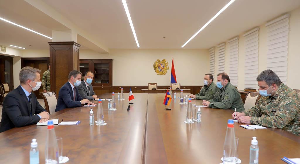 Photo of Министр обороны Армении обсудил с послом Франции ситуацию в зоне военных действий