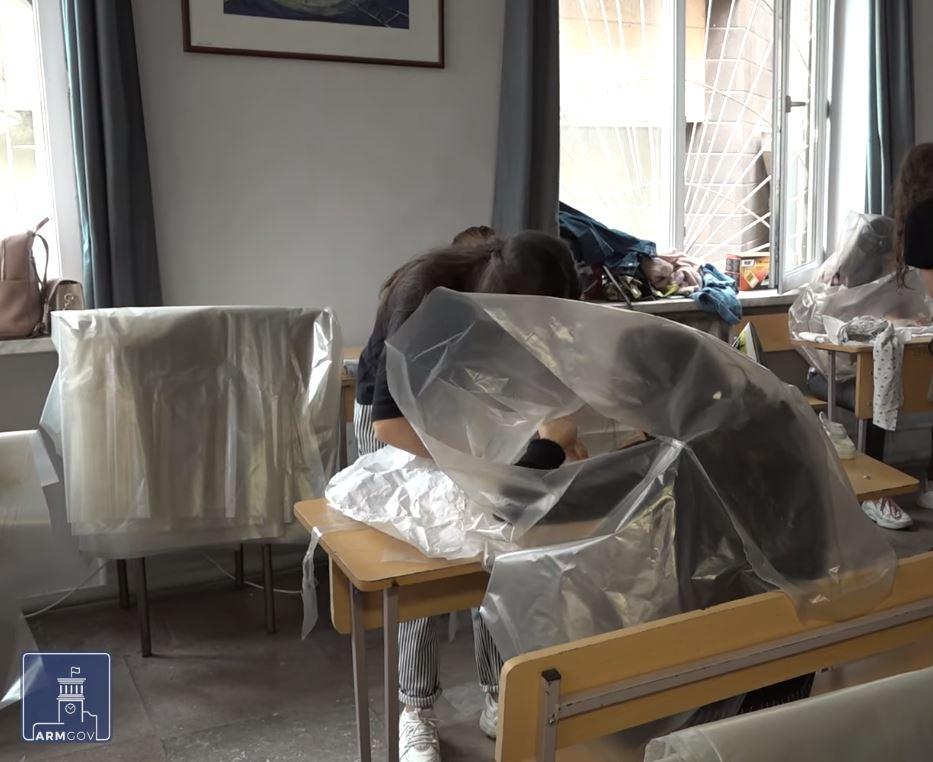 Photo of Թիկունքի կամավորները. մեկն անձրևանոց է ձևում, մյուսը ներքնակ կարում, երրորդն էլ գումար է հավաքում
