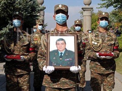Photo of Մի քայլ հետ չեմ դնի, մինչեւ անձնակազմիս վերջին մարդը հետ չգա. գնդապետ Ասատրյանին հողին հանձնեցին «Եռաբլուրում»