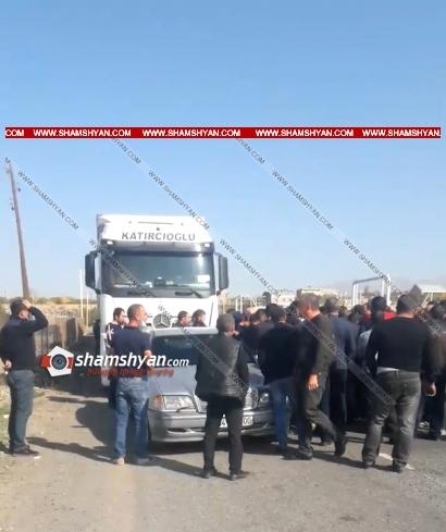 Photo of Լարված իրավիճակ Երևան-Գյումրի ճանապարհին. քաղաքացիներն արգելում են թուրքական բեռնատարների շարժը. ժամանել է տարածքի ոստիկանապետը