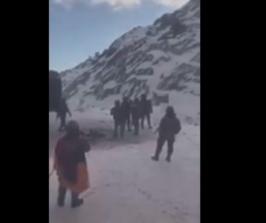 Photo of Քարվաճառի  հանձնումից հետո. հայ և ադրբեջանցի զինվորները Հայաստանի և Ադրբեջանի նոր սահմաններին