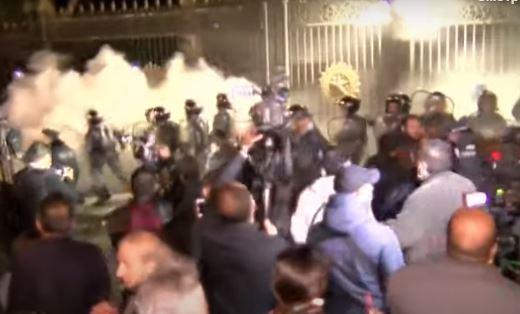 Photo of Ծխարձակող պայթուցիկ նետվեց ոստիկանների ու ցուցարարների արանքում