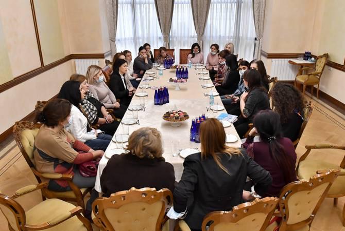 Photo of Աննա Հակոբյանը հանդիպել է Արցախյան պատերազմում գերեվարված, անհետ կորած զինծառայողների մայրերի հետ