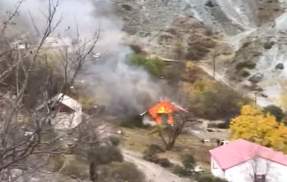 Photo of Քարվաճառում այրում են տները՝ թուրքին հանձնելուց առաջ