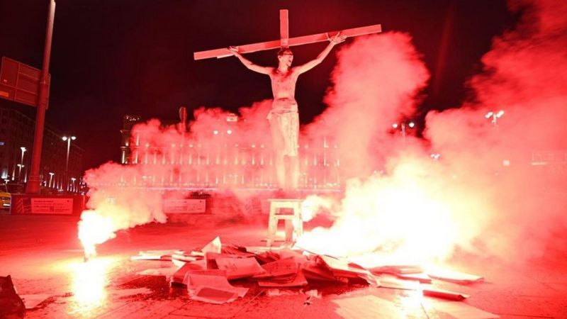 Photo of На Лубянке активиста «подожгли» на кресте в образе Христа