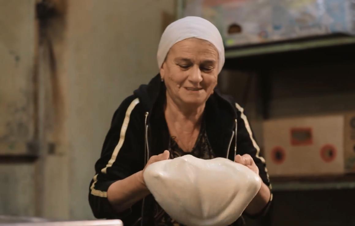 Photo of Женщина из Степанакерта осталась в городе, чтобы печь хлеб для сражающихся на на передовой солдат