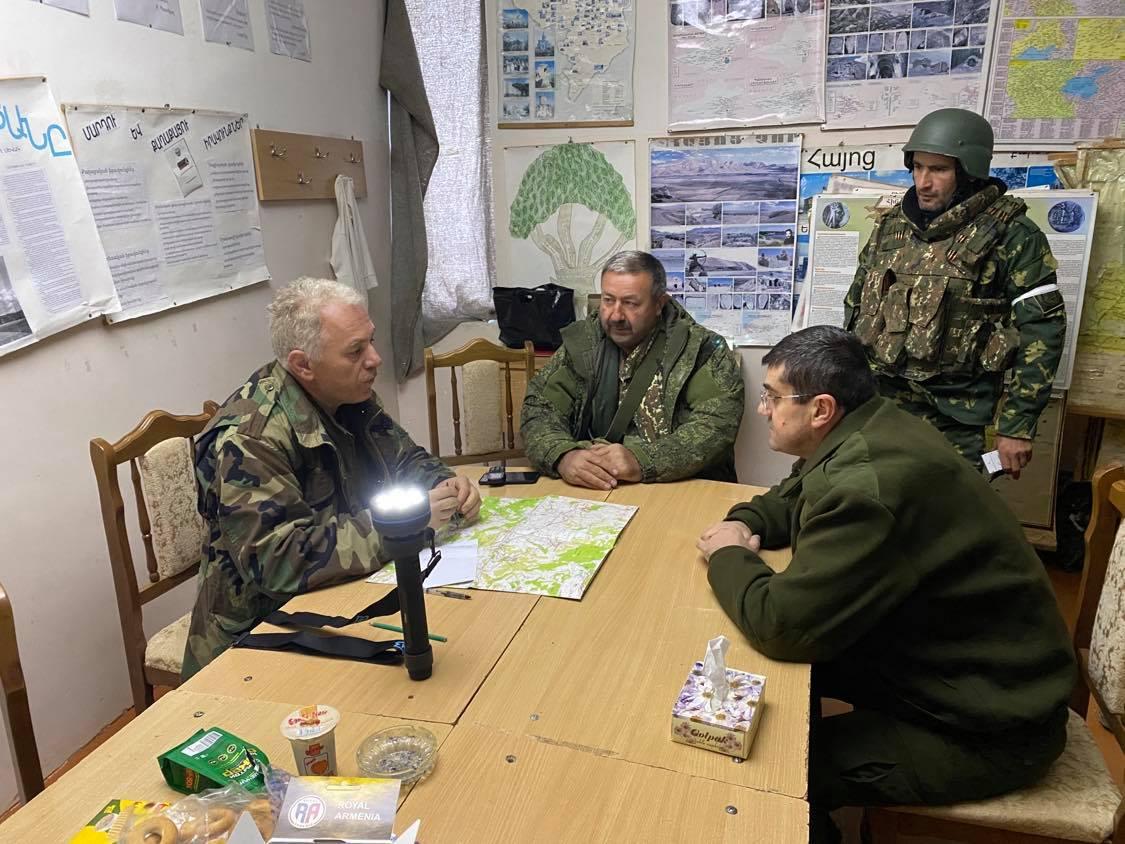 Photo of Վաղ առավոտյան այցելել եմ Ստեփանակերտը պաշտպանող մարտական դիրքեր, տեղում զրուցել Պաշտպանության բանակի մարտիկների ու աշխարհազորայինների հետ. Ա. Հարությունյան