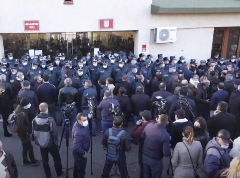 Photo of Ոստիկանությունը մեծ թվով ուժեր է կենտրոնացրել ՊՆ շենքի դիմաց