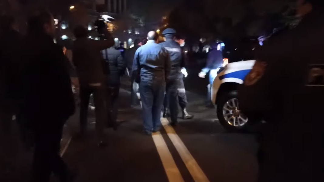 Photo of Զինծառայողների հարազատները փորձեցին փակել վարչապետի ավտոշարասյան ճանապարհը