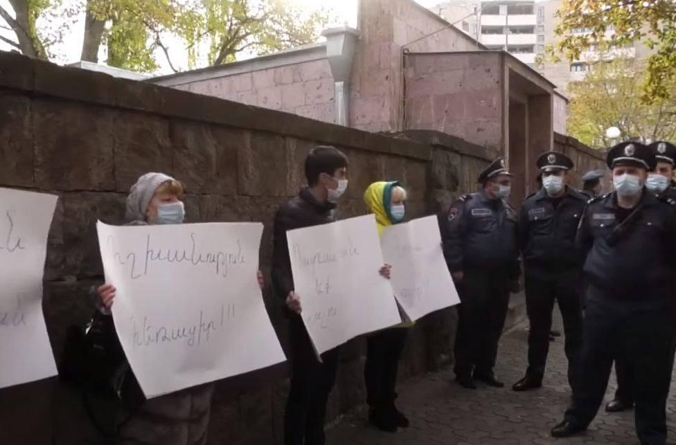 Photo of Перед зданием НС граждане проводят акцию протеста, требуя отставки Никола Пашиняна