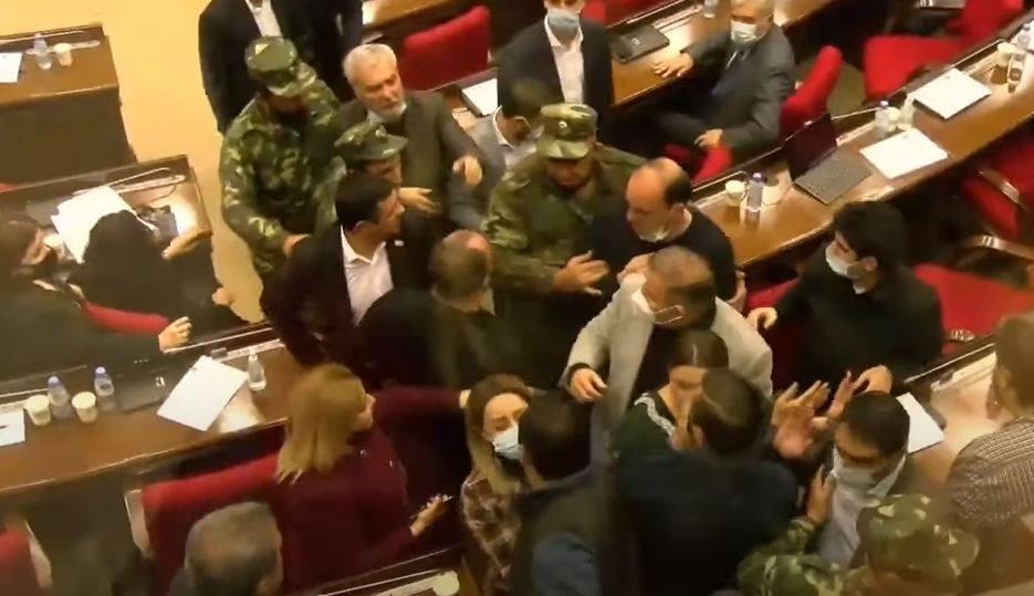 Photo of Թեժ վեճ «Իմ քայլի» և ԲՀԿ-ի պատգամավորների միջև. անվտանգության աշխատակիցները միջամտեցին