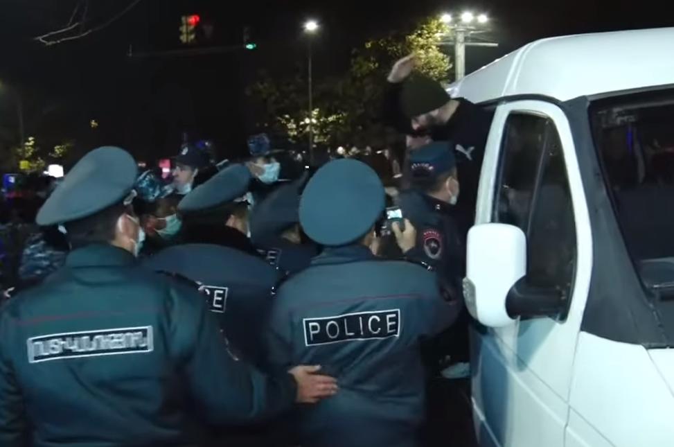 Photo of Ոստիկանությունը Երևանում բերման է ենթարկել փողոց փակելու ակցիայի 33 մասնակցի