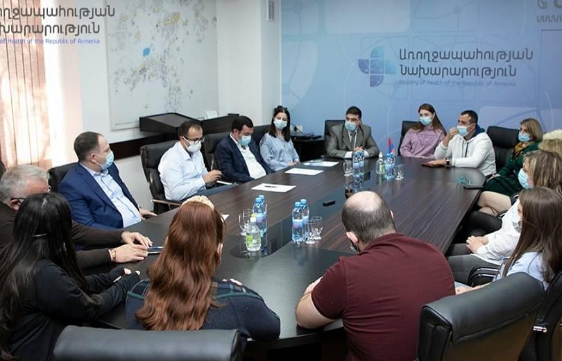 Photo of Արսեն Թորոսյանը հանդիպել է վիրավոր զինվորների բուժմամբ զբաղվող հայ եւ օտարազգի բժիշկների հետ