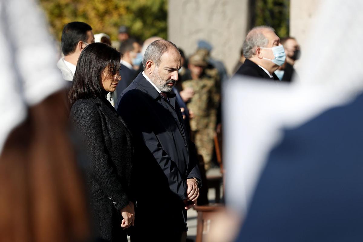 Photo of Премьер-министр вместе с супругой присутствовал на церемонии в память о павших героях