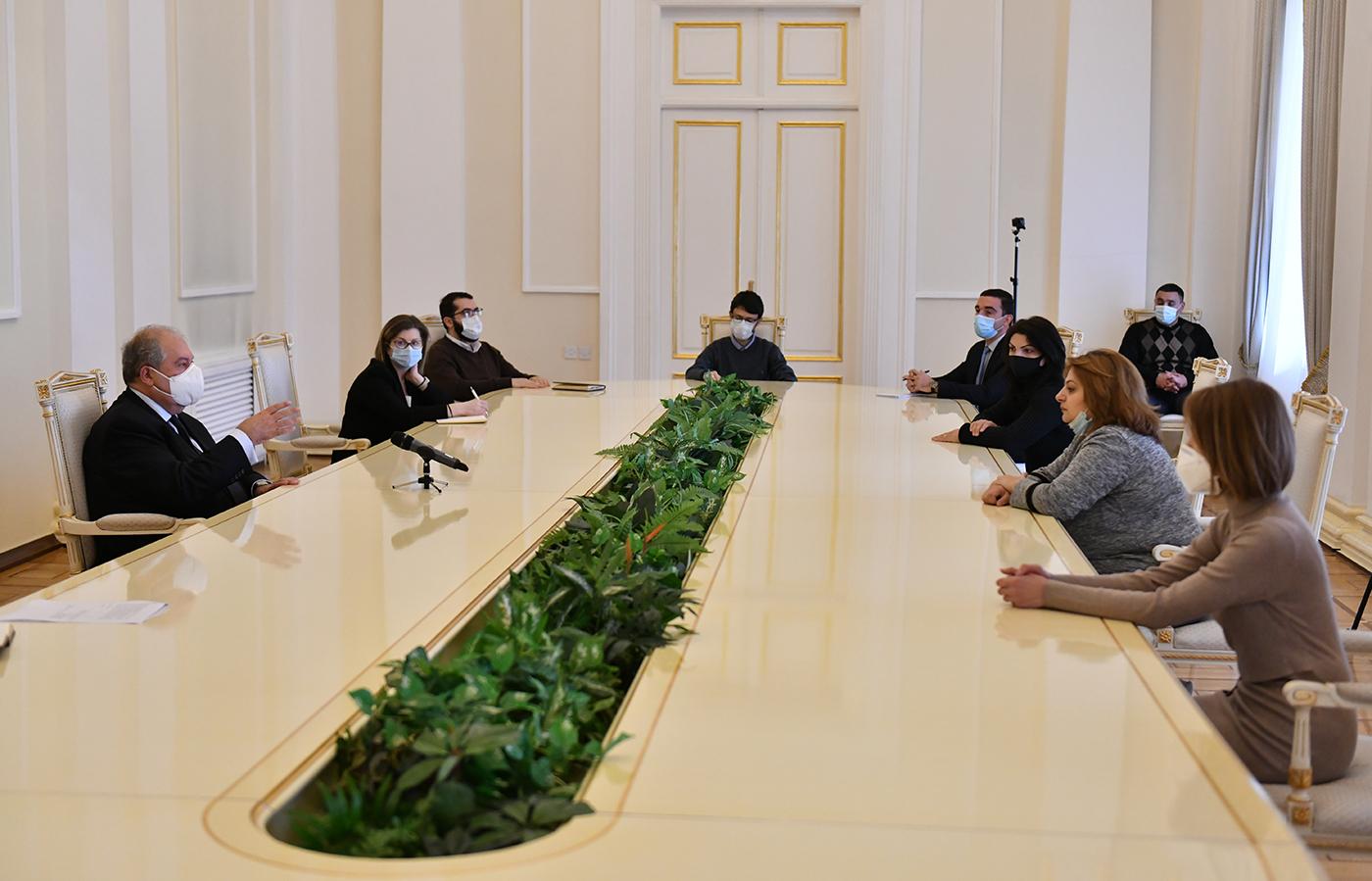 Photo of Պետք է ամեն ինչ անենք, որ բոլորս միասին՝ Հայաստանից մինչև Արցախ, կարողանանք վեր կենալ, կանգնել: Դրա համար էական է, որ որպես ազգ ու պետություն լինենք միասնական. նախագահ Արմեն Սարգսյանն ընդունել է հադրութցիների խմբին
