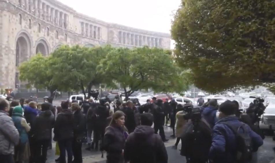 Photo of Перед зданием Правительства проходит акция протеста родственников солдат,  служащих в Арцахе