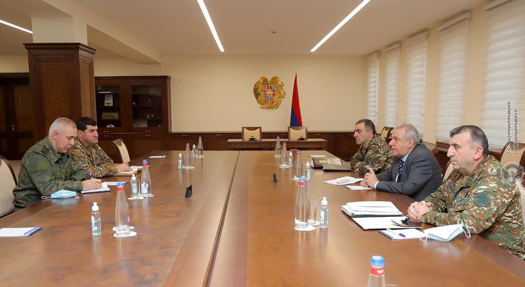 Photo of Министр обороны Армении принял командующего российским миротворческим контингентом в НК