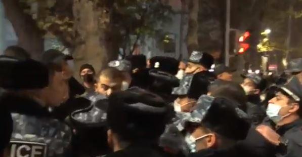 Photo of Полиция, применив силу, подвергла приводу граждан, перекрывших проспект Маштоца