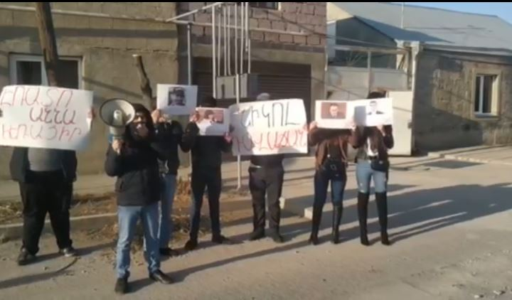 Photo of У домов двух депутатов от «Моего шага» прошла акция протеста