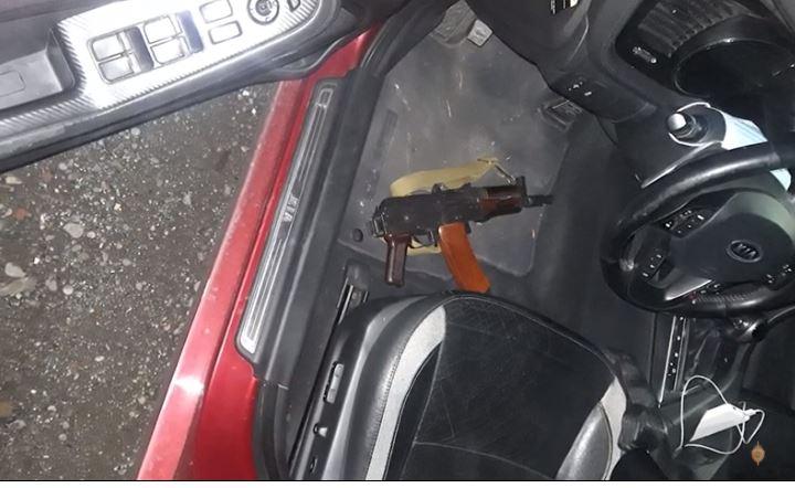 Photo of Վաղարշապատի բաժին բերման ենթարկվածի մեքենայում ինքնաձիգ է հայտնաբերվել․ երիտասարդը ձերբակալվել է