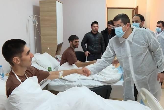 Photo of 21 декабря президент Арцаха Араик Арутюнян посетил возвратившихся и находящихся на лечении шестерых военнослужащих срочной службы Армии обороны