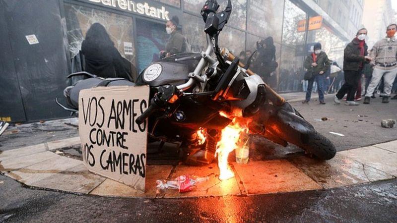 Photo of Париж: демонстрация против жестокости полиции вылилась в насилие и беспорядки