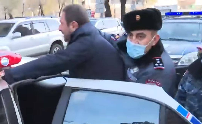 Photo of Սայաթ Նովա փողոցում վիճակը լարվեց. ոստիկանները բերման ենթարկեցին Գեղամ Մանուկյանին