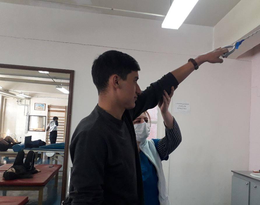 Photo of Директор центра показывает букет роз, говорит: «Это  самый дорогой подарок. Мой солдат подарил…».  В РЦ  Гюмри проходят лечение 42 военнослужащих