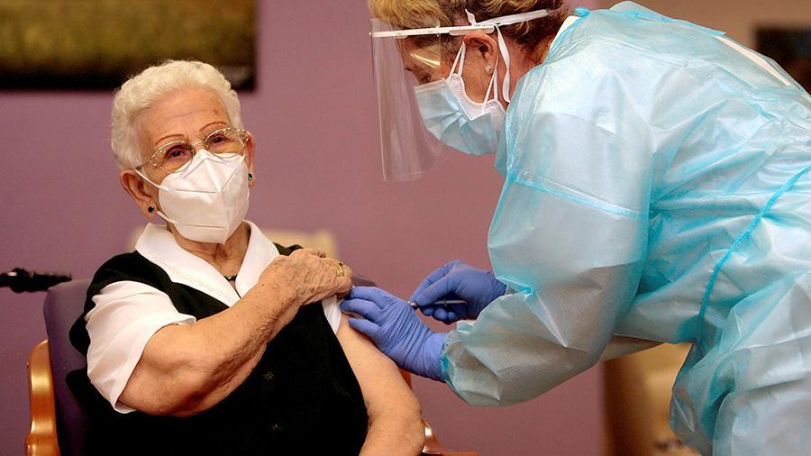 Photo of В Испании первой вакцину от COVID-19 получила 96-летняя женщина