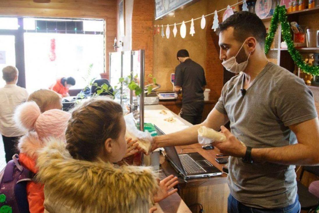 Photo of В армянское кафе ежедневно выстраиваются огромные очереди из школьников с дневниками в руках: здесь бесплатно кормят шаурмой за пятерки в дневнике