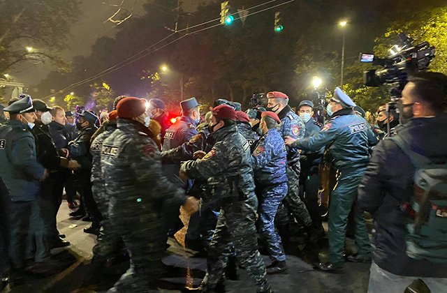 Photo of Նիկոլ Փաշինյանի հրաժարականի պահանջով ակցիայի ժամանակ 101 քաղաքացի բերման է ենթարկվել․ Ոստիկանություն