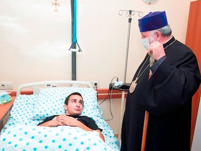 Photo of Գարեգին Բ-ն այցելել է տեղահանված արցախցիներին, վիրավոր զինծառայողներին, նաեւ մարտական դիրքեր
