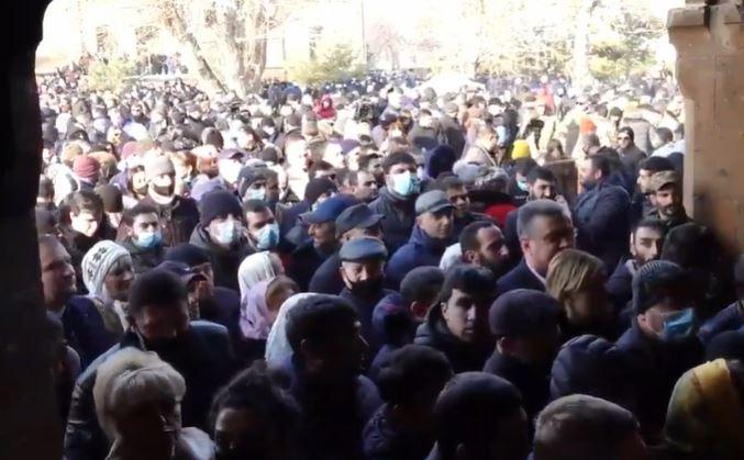 Photo of Մեծաթիվ քաղաքացիներ հավաքվել են Սուրբ Գայանե եկեղեցու բակում. ՈւՂԻՂ