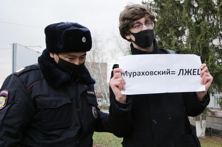 Photo of У омского министра, не выпускавшего Навального в Германию, нашли плагиат в диссертации