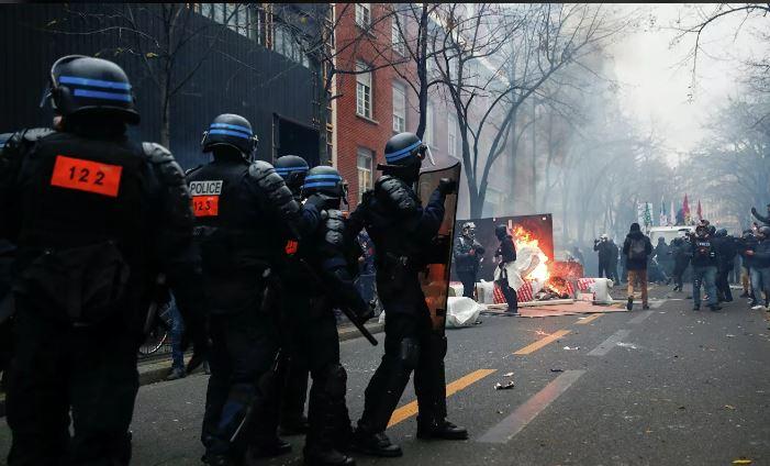 Photo of МВД Франции сообщило о 64 задержанных на акции протеста в Париже