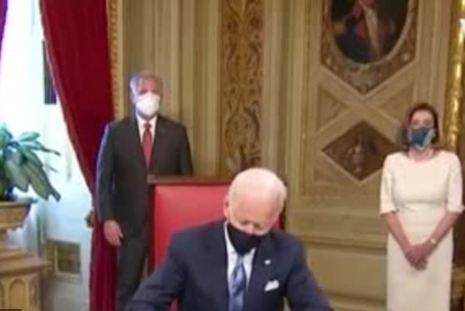 Photo of ԱՄՆ նախագահ Ջո Բայդընը իր երդմնակալության արարողությունից հետո Կոնգրեսի նախագահի աշխատասենյակում ստորագրեց իր առաջին հրամանագրերը