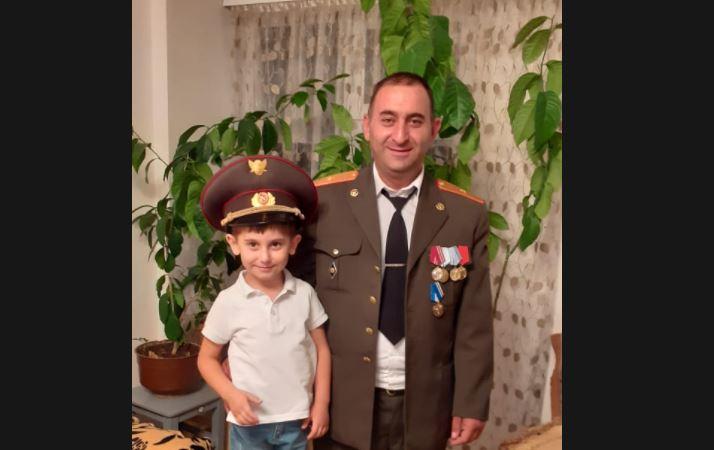 Photo of Շիրակցի հերոսի որդին՝ 5-ամյա Վիլյամը, դեռևս չգիտի, որ հայրը զոհվել է, տղային ասել են, որ տան մի անկյունում դրած հոր նկարը հայրը դիրքերից է ուղարկել, որպեսզի իրենք բոլորով տեսնեն և ուրախանան